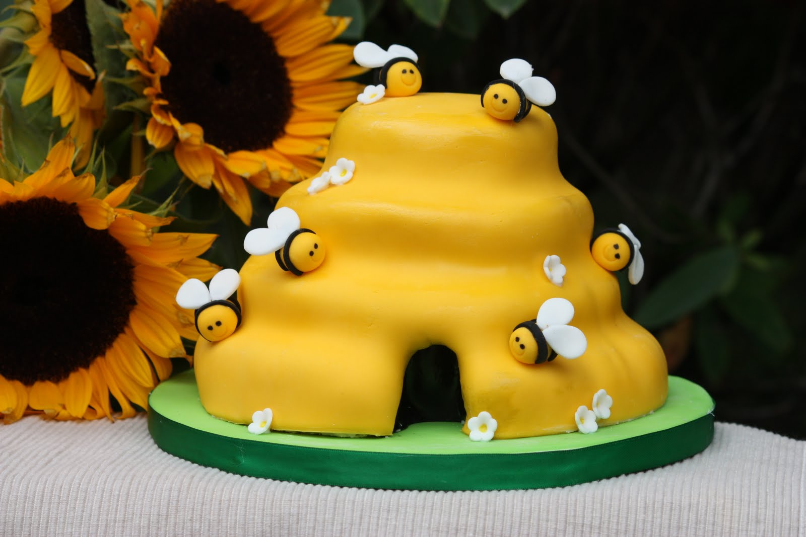 Outstanding Bumble Bee Cakes Decoration Ideas Little Birthday Cakes Personalised Birthday Cards Paralily Jamesorg